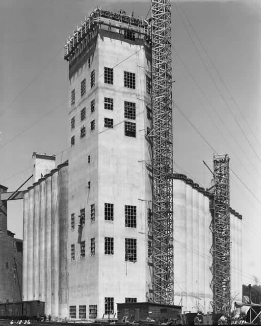 L'entreprise achète son premier établissement céréalier d'importance, Midway, un terminal ferroviaire à Minneapolis.