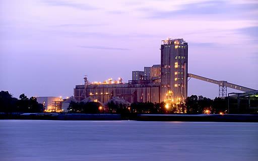 Bunge ouvre le plus grand silo d'exportation du genre aux États-Unis, à Destréhan, en Louisiane.